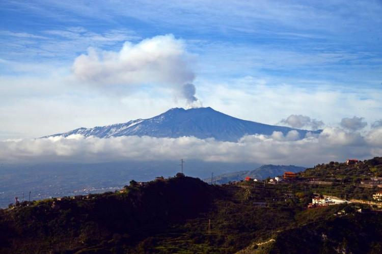 Ngọn núi lửa Etna tại đảo Sicily (miền Nam Italy).