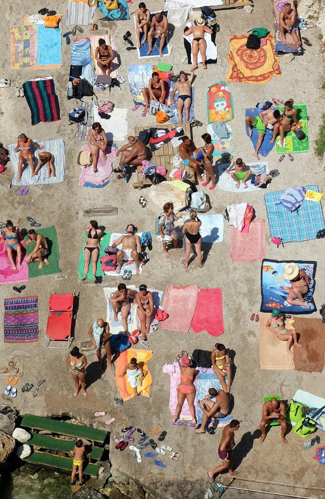 Du khách tắm nắng trên bãi biển ở Salento, Italy.