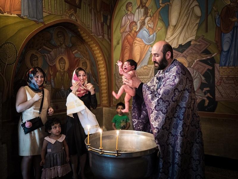 Một em bé sơ sinh được rửa tội tại Tbilisi, George.