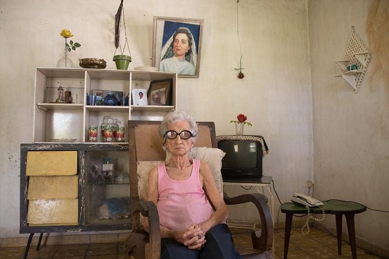 Cụ bà Carmen Sajeras, 85 tuổi, người Cuba, sống một mình trong ngôi nhà đơn sơ.