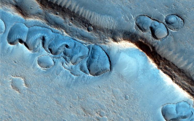 Những rãnh lớn chia cắt bề mặt Sao Hỏa, có thể là dấu vết của một đại dương cổ đại.