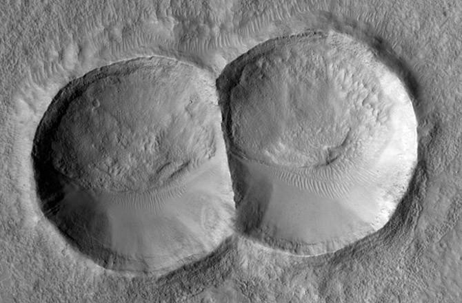 Miệng hố va chạm đôi được tạo ra do thiên thạch tách đôi trước khi rơi xuống bề mặt.