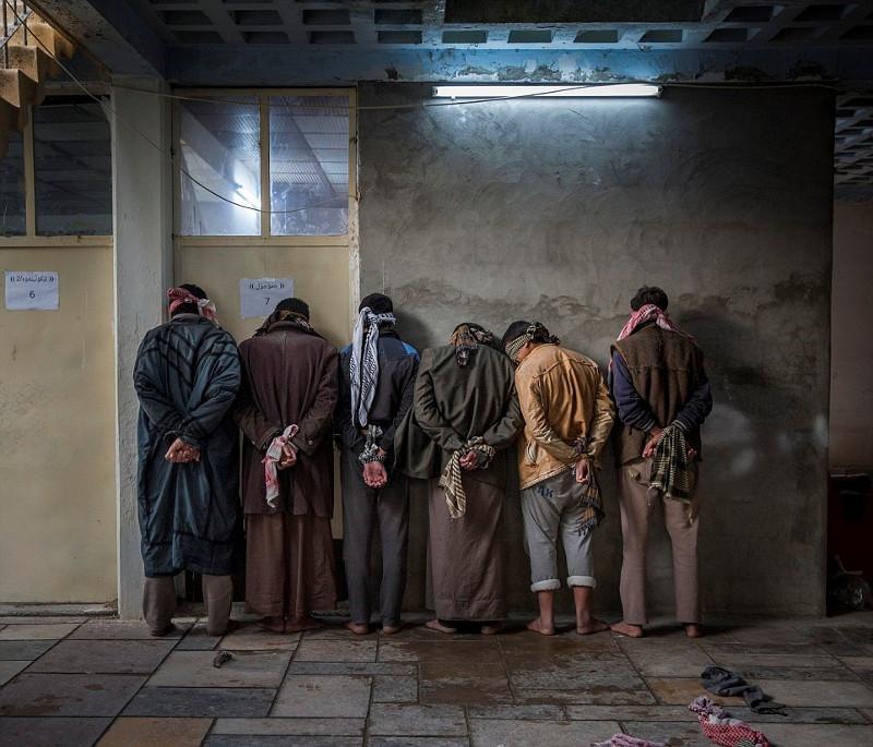 Những người đàn ông ở vùng Hawija, Iraq đang chờ người Kurd thẩm vấn tại một căn cứ gần Kirkuk.