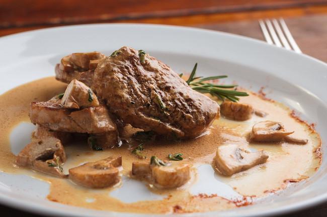 Nữ hoàng Elizabeth thường chọn phile thịt bò hoặc thịt nai, gà lôi, hoặc món cá hồi vào bữa tối.