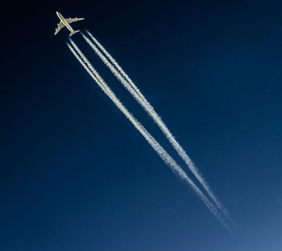 Đường khói màu trắng do máy bay để lại trên bầu trời có thể được sử dụng để dự báo thời tiết.