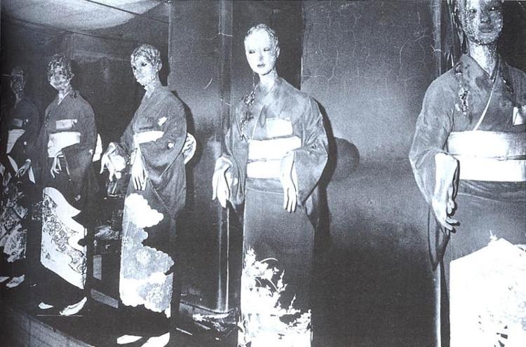Những con ma-nơ-canh mặc kimono lặng thầm trong bóng tối với đôi mắt vô hồn, chứng kiến năm tháng dần qua.