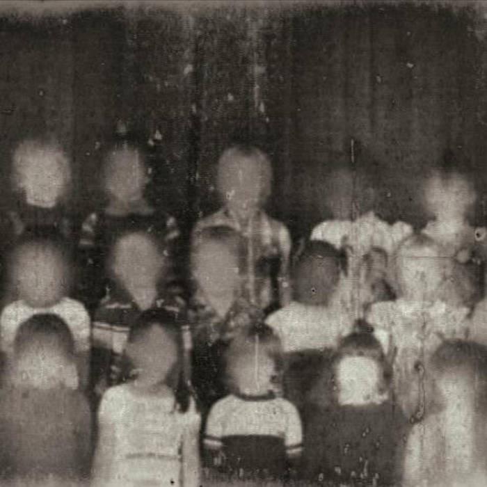 Không hiểu vì lí do gì, gương mặt của những đứa trẻ trong bức ảnh cũ này đã bị xóa mờ.