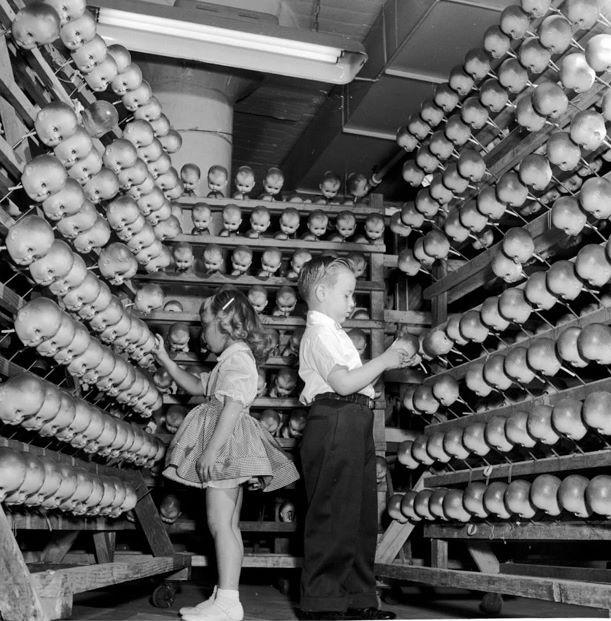 Bên trong một nhá máy sản xuất búp bê.