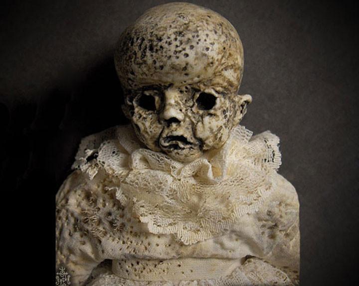 Một con búp bê được tìm thấy trong một căn nhà bỏ hoang từ rất lâu.