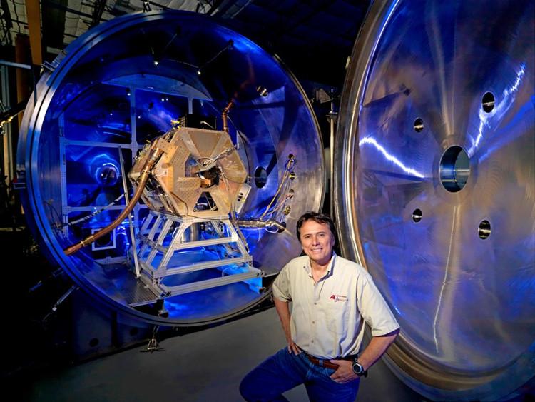 Ông Franklin Chang-Díaz và hệ thống tên lửa plasma của mình.