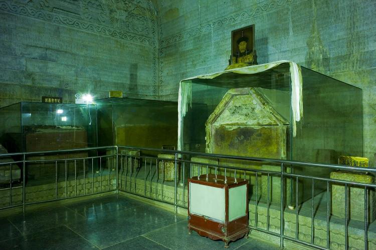 Bên trong lăng mộ Càn Long.