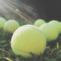 Vì sao nên mang theo quả bóng tennis khi đi máy bay?
