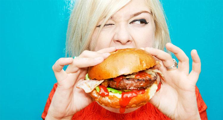Thực phẩm chế biến sẵn gây ảnh hưởng đến bộ ngực đang trong giai đoạn phát triển của các cô gái trẻ.