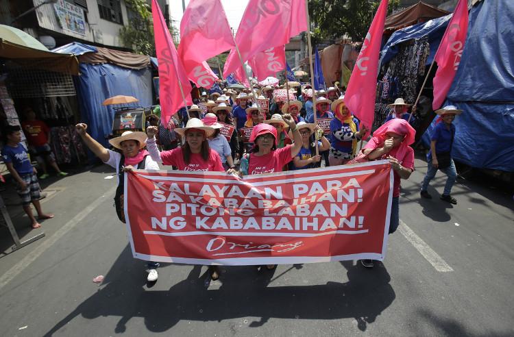 Phụ nữ Philippine xuống đường diễu hành ngày 8/3/2016.