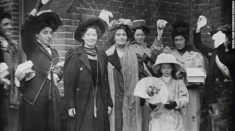 Bà Pankhurst (đứng giữa) và con gái Christabel Harriette (thứ ba từ trái sang)