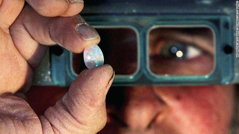 Trong ảnh, một nhà nghiên cứu thuộc viện Viện Đá quý Mỹ (GIA) đang kiểm tra và phân loại đá quý.