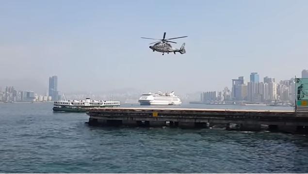 Chiếc máy bay trực thăng dường như đang lơ lửng trên không một cách kỳ diệu.
