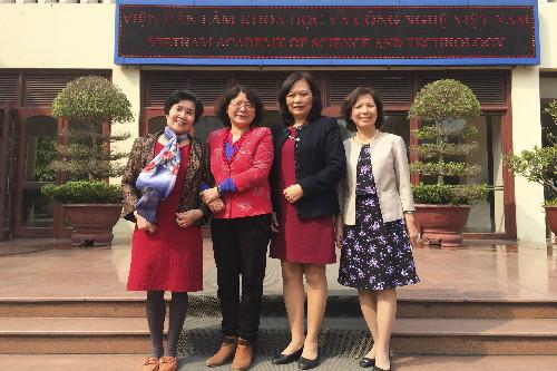 4 nhà khoa học Kim Anh, Thu Nga, Vũ Bích và Hồng Nhung (từ trái sang) ở Hà Nội, bà Phương Tùng nghiên cứu ở TP HCM.