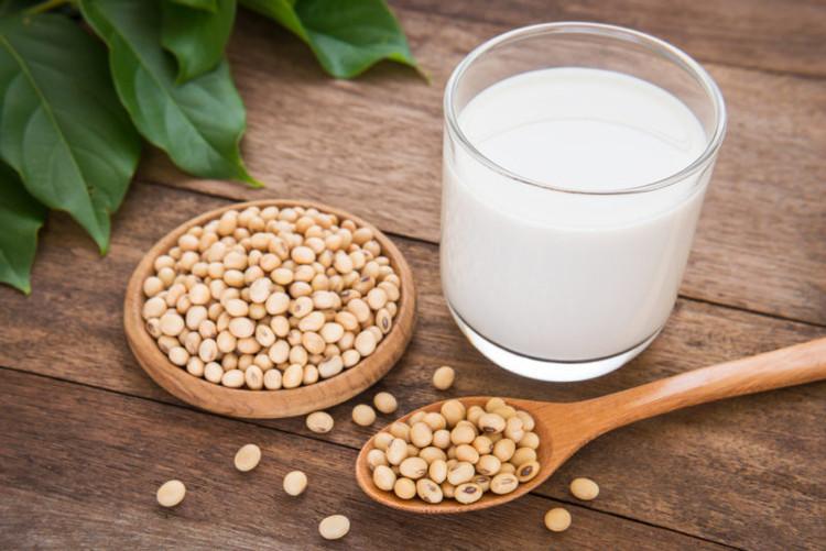 Phụ nữ nên ăn nhiều đậu nành vì đây là loại thực phẩm có lợi cho sức khỏe.