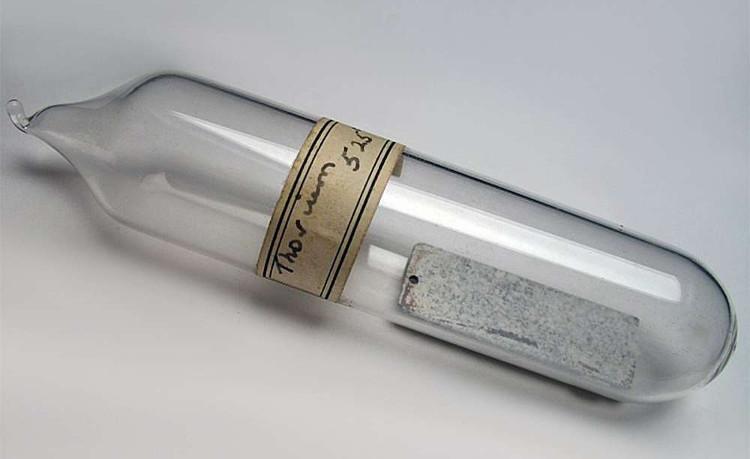 Một mẫu kim loại thori.