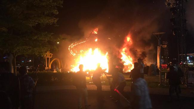 Lực lượng chức năng muốn nhanh chóng dập lửa, còn bạn thì đang cản người ta.