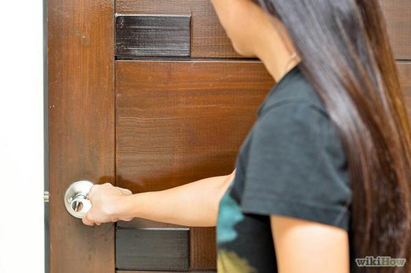 Kiểm tra cửa trước khi mở là điều kiện an toàn tiên quyết phải thực hiện khi có hỏa hoạn.