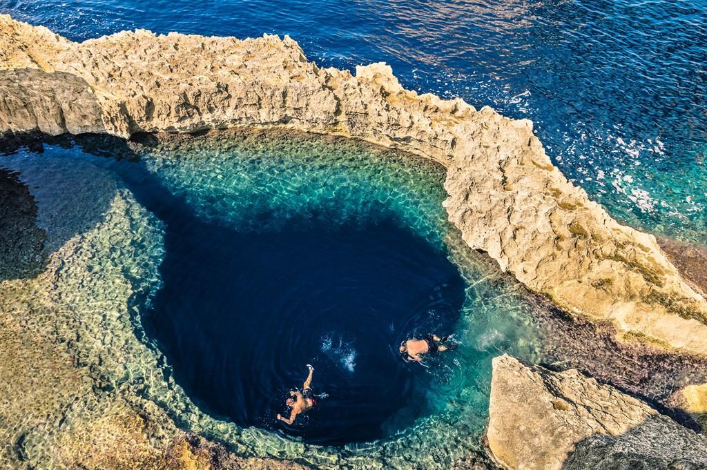 Hoạt động được du khách rất ưa thích khi đến Azure Window là bơi, lặn và chèo thuyền.