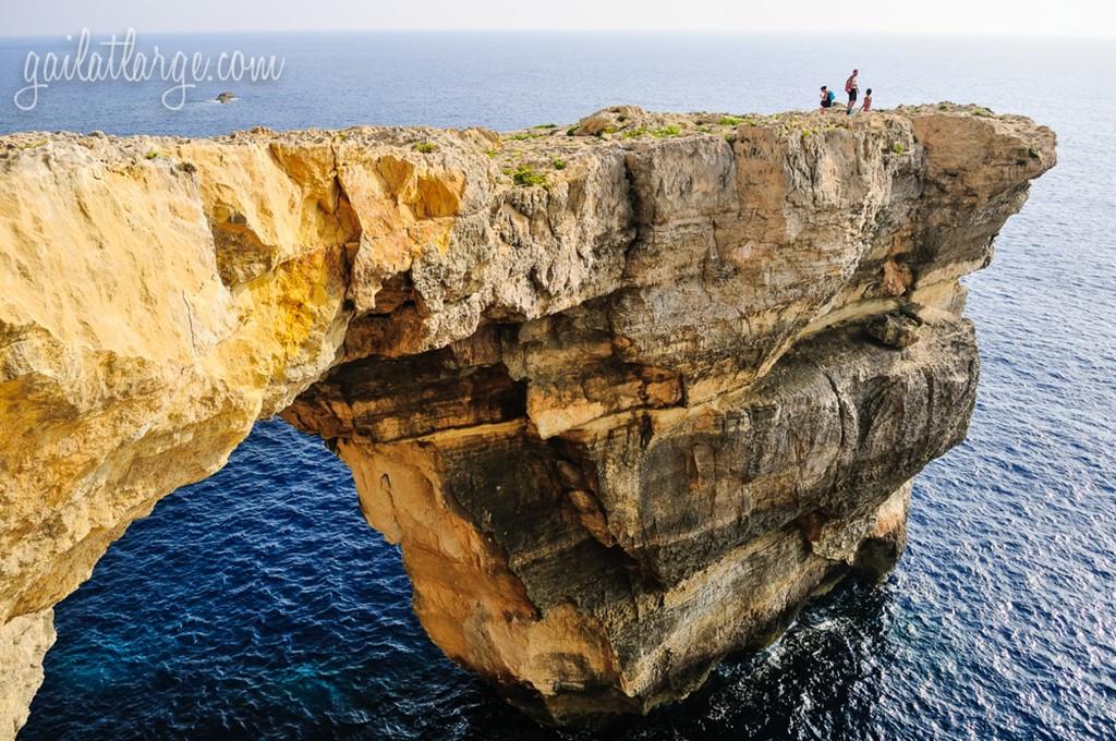 Sau vài lần các tảng đá rơi ra, chính phủ Malta khuyến cáo du khách không nên đi qua mái vòm