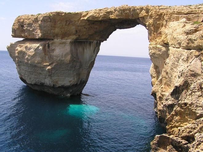 Azure Window là điểm du lịch nổi tiếng ở vịnh Dwejra, đảo Gozo, quốc đảo Malta.