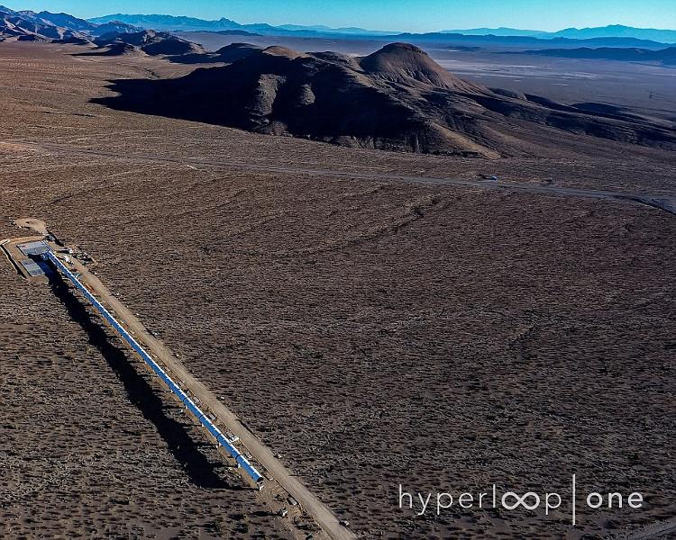 Toàn cảnh đường ống dẫn của đoàn tàu Hyperloop tại sa mạc Nevada.
