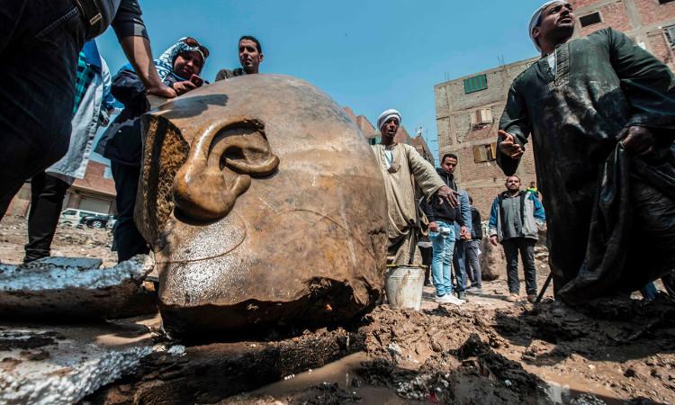 Phần đầu của tượng được đưa ra khỏi lòng đất.