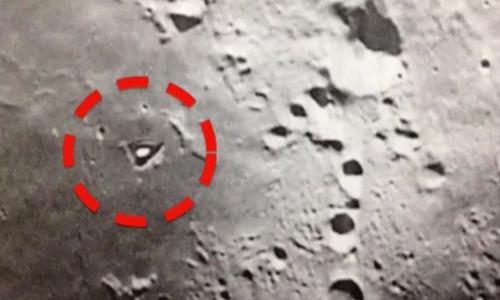 Cấu trúc hình tam giác (khoanh đỏ) trên bề mặt Mặt Trăng không xuất hiện trong các bức ảnh mới hơn.
