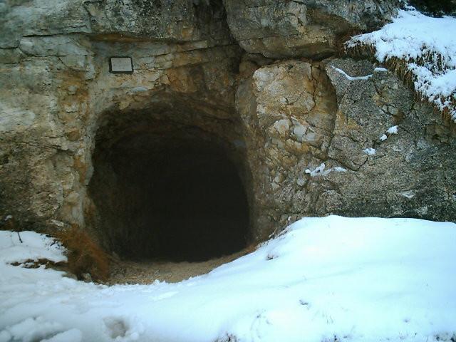 Một trong các đường hầm trên dãy Alps.
