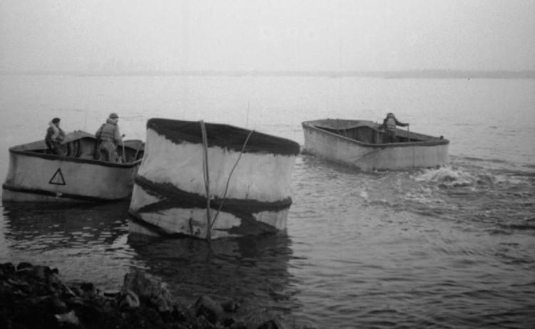 Xe tăng 29 DD được quây vải ngăn sóng đánh chìm trong trận Normandy.