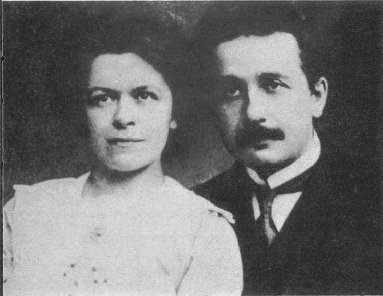 Nhà khoa học Einstein và vợ.