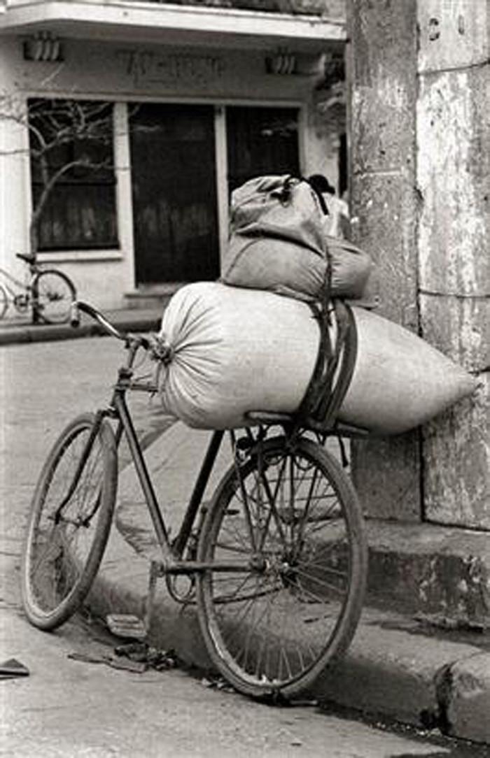 Chiếc xe đạp là hình ảnh xuất hiện thường xuyên trên vỉa hè Việt Nam đầu thập niên 1980.