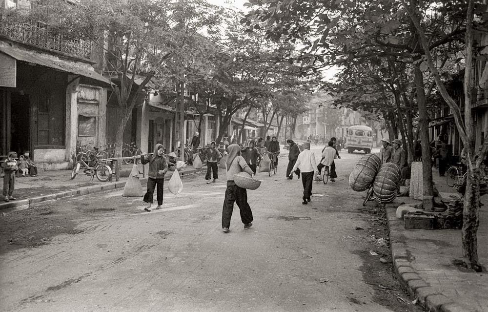 Một đường phố ở Hà Nội đầu thập niên 1980.