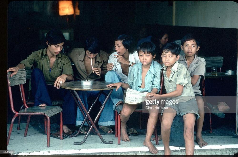 Những cậu bé tại một quán cà phê vỉa hè ở Sài Gòn, 1980.