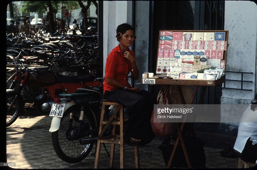 Quầy thuốc lá vỉa hè ở Sài Gòn.