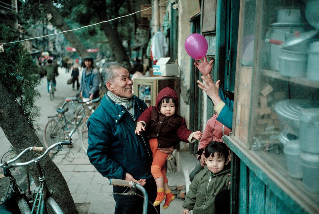 Đời thường trên vỉa hè Hà Nội ngày giáp Tết, 1989.