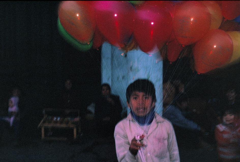 Cậu bé bán bóng trên vỉa hè Hà Nội, 1989.
