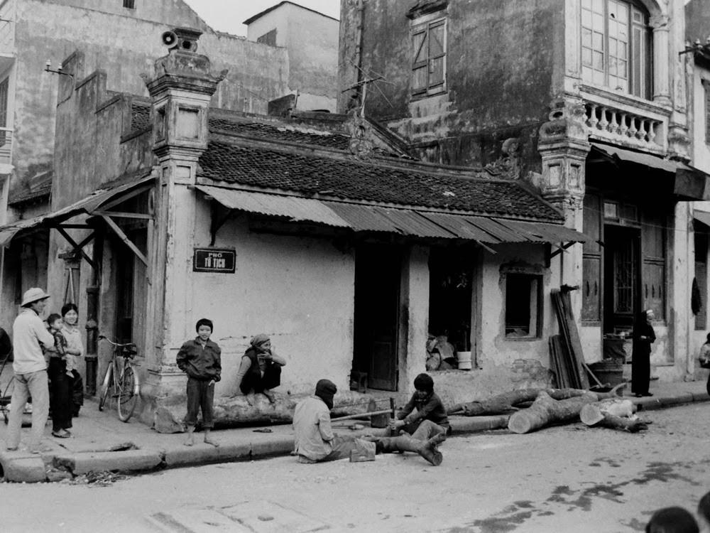 Cửa xẻ gỗ trên hè phố Tô Tịch ở Hà Nội đầu thập niên 1980.