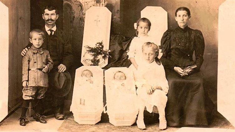 Hình ảnh rùng rợn này chụp trong một lễ tang thời xưa, khi hai em bé song sinh không may qua đời. (