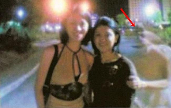 Bức ảnh kinh dị này được chụp vào buổi đêm, khi hai cô gái trẻ muốn kỷ niệm cuộc vui bằng một tấm ảnh.