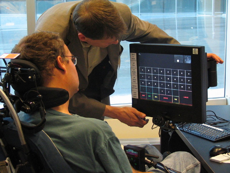Công nghệ Eyegaze Edge giúp người bệnh giao tiếp bằng cách chớp mắt.