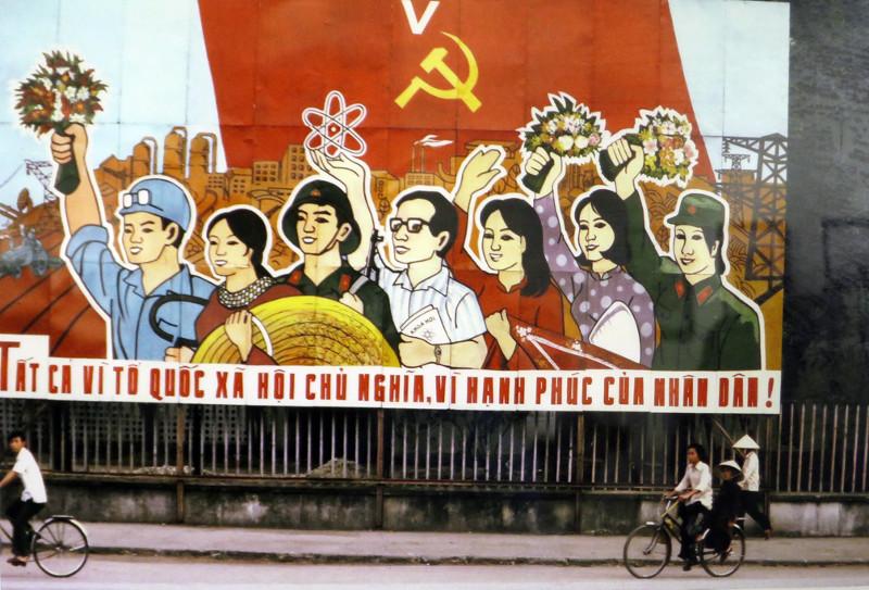 Pa-nô cổ động cho Đại hội Đảng lần thứ V trên vỉa hè Hà Nội, tháng 3/1982.