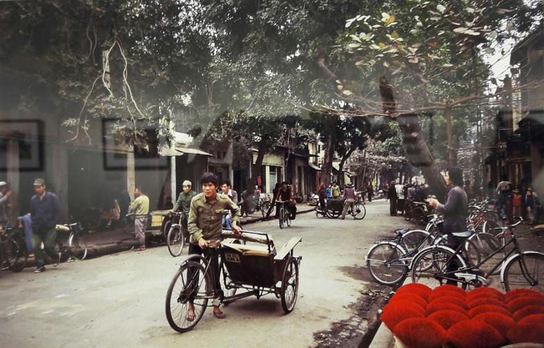 Xe đạp và những bó hương phơi khô trên vỉa hè khu Phố cổ Hà Nội, 1984.