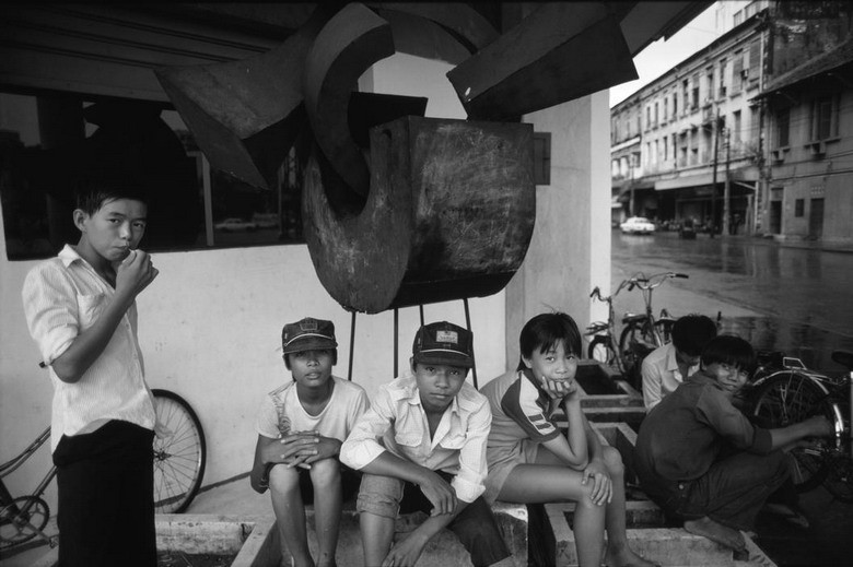 Các cậu bé trên vỉa hè Sài Gòn năm 1985.