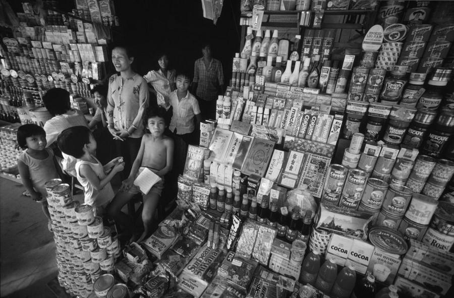 Các loại hàng tiêu dùng nhập ngoại được bày tràn trên vỉa hè Sài Gòn năm 1988.
