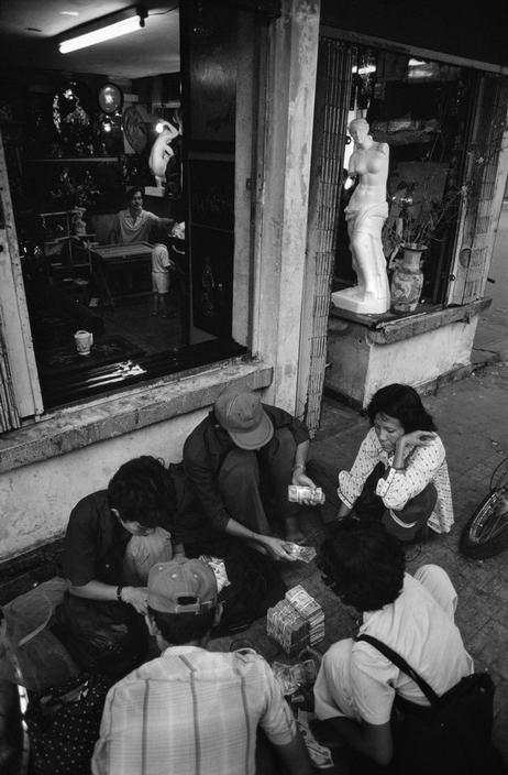 Đếm tiền lẻ trên vỉa hè Sài Gòn, 1988.